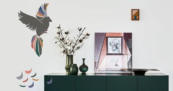 sticker oiseau coloré avec plumes